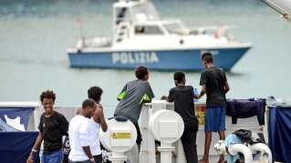 Migranter ombord på det italienske kystvagtskib Diciotti.