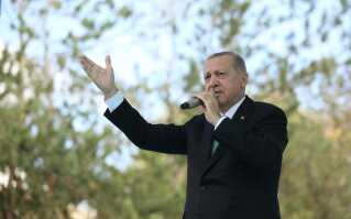 Recep Tayyip Erdogan taler til tilhængere i byen Bayburt i dag.