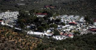Moria-lejren er den største af de omkring 50 græske flygtningelejre. Der bor omkring 6.400 personer i lejren på den græske ø Lesbos, som egentlig kun har plads til 3.500 personer.
