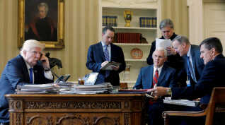 To personer på dette billede er tilbage i Det Hvide Hus i dag, og det er Trump selv og vicepræsident Mike Pence. De øvrige personer er forhenværende sikkerhedsrådgiver Flynn, chefstrateg Bannon, stabschef Priebus og pressetalsmand Spicer, der alle har forladt Det Hvide Hus.