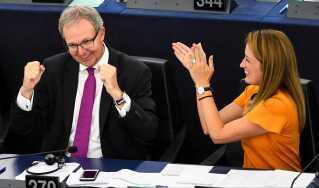 Den tyske europaparlamentariker Axel Voss (v) jubler efter vedtagelsen af copyright-reformen, som han står i spidsen for.