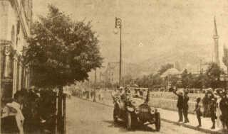 Den østrigske ærkehertug Frans Ferdinand i Sarajevo fotograferet i bilen, sekunder før hans mord, der umiddelbart udløste Første Verdenskrig.