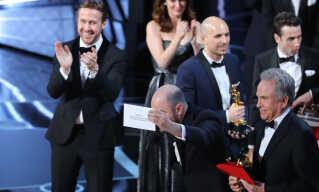 Ryan Gosling, der selv var nomineret til en Oscar for sin hovedrolle i 'La La Land', synes tilsyneladende, at fejlen var sjov. Her ses han til venstre i billedet, mens 'La La Land'-producer Jordon Horowitz viser dokumentation for, hvem der rigtigt vandt prisen.