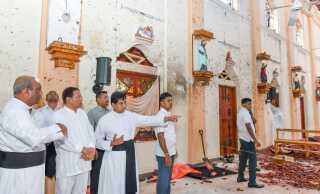 Sri Lankas præsident, Maithripalsa Sirisena (nummer to fra venstre), besøgte St. Sebastian-kirken i Negombo to dage efter angrebene. Han hævder at, at han ikke har kendt noget til de detaljerede advarsler, der er blevet givet om de formodede gerningsmænd i dagene op til angrebene.