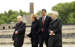 USA's præsident, Barack Obama, og Tysklands kansler, Angela Merkel, mødtes i 2009 med Elie Wiesel (TH) og en anden Holocaust-overlevende Bertrand Herz (TV) under et besøg i den tidligere Buchenwald-kzlejr.