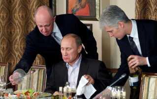 Evgenij Prigozhin (tv.) ses her ved en middag for den daværende prermierminister i Rusland, Vladimir Putin.