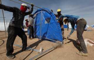 I det kuridiske selvstyreområde øst for Mosul er man i gang med at opføre teltlejre til de mange civile, som ventes at flygte fra kampene i Mosul.