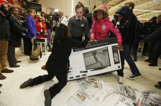 Det kan gå heftigt for sig på Black Friday. Her kæmper flere kunder om et fjernsyn i supermarkedet Asda i London 2014.