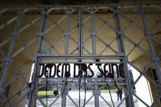 Porten ved indgangen til den tidligere koncentrationslejr Buchenwald, som var en af de første og største lejre under Anden Verdenskrig.