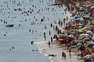 Turisterne svigter ikke Grækenland trods økonomisk krise og flygtningestrømme. Her er det Vari beach 30 kilometer sydøst for Athen.