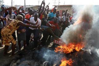 Flere steder i landet forhindrede uroligheder valghandlingen, mens den andre steder forløb uden problemer. Her sættes der ild til dæk under en protest i Mombasa.