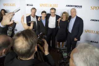Boston Globe journalister poserer med instruktør Thomas McCarthy (i midten) ved en forpremiere på filmen Spotlight. Filmen omhandler journalisternes afsløringer af omfattende seksuelt misbrug begået af katolske præster i USA.