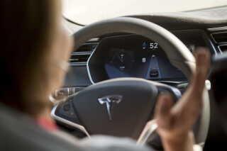 Tesla er en af de bilproducenter, der leverer biler med autopilot, hvor du kan tage hænderne af rattet.