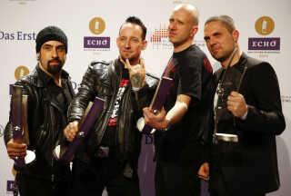 Michael Poulsen (anden til venstre) og resten af Volbeat poserer her hver med prisen for bedste internationale rock/alternative-pris under Echo Music Awards i Berlin i 2014