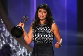Susanne Bier med den eftertragtede tv-pris i hånden på scenen i Los Angeles.