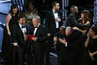 Warren Beatty forklarede med en konvolut i hånden, at det ikke var for at være sjov, at han og Faye Dunaway fik udråbt den forkerte vinder. Men det VAR sjovt, sagde Kimmy Kimmel til ham på scenen.