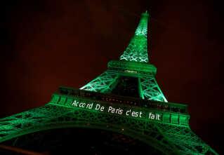"""I klimaaftalens by Paris blev Eiffeltårnet lyst op med grønt og ordene """"Paris-aftalen er hjemme"""" for at fejre, at aftalen trådte i kraft i efteråret."""