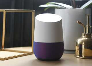 Det er den i midten, der er Google Home. Den fås i flere farver.