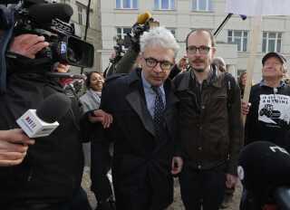Tidligere ansat i PricewaterhouseCoopers og sigtet i sagen Antoine Deltour (t.h) og hans advokat William Bourdon ankommer til retten i Luxembourg.