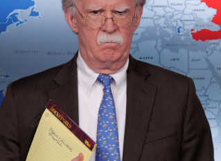 National sikkerhedsrådgiver John Bolton med sin notesblok.