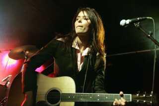 Kira Skov i front for sit gamle band Kira and the Kindred Spirits, 2005.