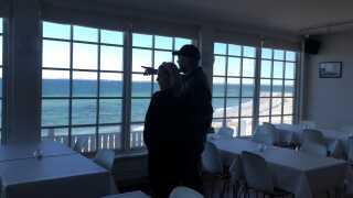 Parret faldt for udsigten på øen. Derfor faldt valget også på Perlen i stedet for en restaurant i Vordingborg.  - Det er vigtigt for os, at man kan se havet fra alle stole, så vi har stillet bordene lidt taktisk, så alle kan få udsigten med.