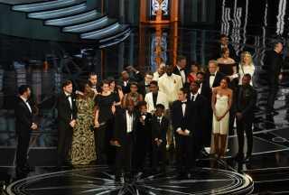 Efter holdet bag 'La La Land' havde forladt scenen, kunne holdet bag 'Moonlight' - her med instruktør Barry Jenkins ved mikrofonen - takke for prisen.