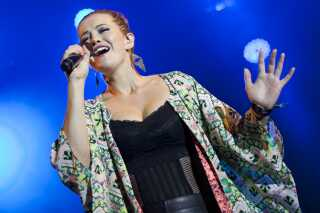 Amalie Stender på scenen på Smukfest i 2014, da Panamah-succesen var på sit højeste.