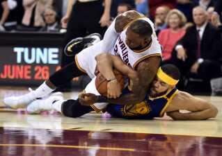Der var kamp om bolden, da Golden State Warriors og Cleveland Cavaliers spillede NBA-finale i juni i år.