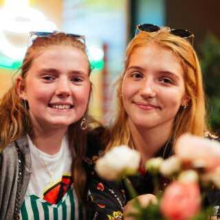 15-årige Liva (t.v.) og 14-årige Emma (t.h.) er begge glade for at se 'Friends', som de synes, er en rigtig sjov serie.