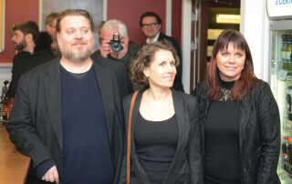 Heidi Gregersen er formand for Nibes biograf Kino Nibe. Her ses hun til gallapremieren sammen med skuespillerne Mia Lyhne og Nicolas Bro.