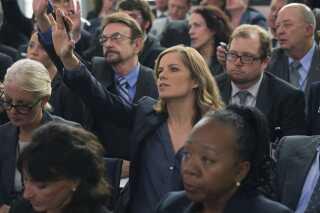 Journalisten Kate Baldwin (Kim Dickens) forsøger at skrive kritisk om Underwood, som hun anser for en tyran.