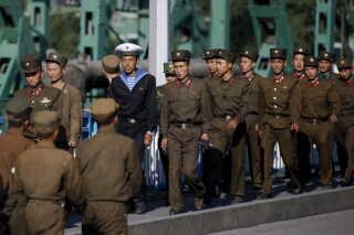 Nordkoreansk militærpersonel i det centrale Pyonyang i går.