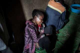 Konflikten har haft mange dødsfald. Her sørger en mor i Beni over sine to sønner, der angiveligt blev dræbt af en lokal gruppe den 5. oktober.