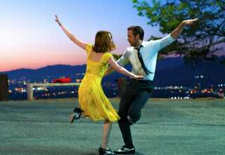 Emma Stone og Ryan Gosling i en meget hollywood-klassisk scene med dans, romantik og smukke farver.