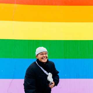 Josefine Moody er homoseksuel og manglede selv nogen at spejle sig i, da hun var helt ung. Derfor vil hun gerne vise andre unge, at man kan se ud, som man vil, lige meget hvilket køn eller hvilken seksuel orientering, man har.