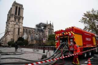 Der er stadig brandfolk til stede ved katedralen i dag.