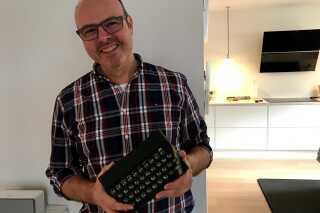 Dataarkæolog Anders Thorbjørn Jensen fremviser sin første computer