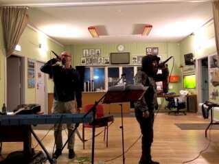 Hiphop-duoen Nuuk Posse rapper på grønlandsk. Deres største hit hedder Nunarput.