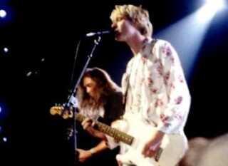 Nirvana kendetegner for mange de tidlige 1990'ere. Her ses Kurt Cobain, forrest, og bassisten Krist Novoselic under bandets optræden ved MTV Video Music Awards i 1992.