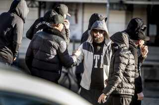 Loyal To Familia-støtter mødte op foran Københavns Byret på Nytorv, da der 9. oktober faldt dom i sagen mod LTF-lederen Shuaib Khan.