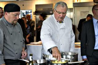 Under regentparrets sommertogt i 2012 besøgte prins Henrik CELF, Center for Erhversrettede uddannelser Lolland Falster, hvor Grand Cru-eleverne bespiste regentparret. Her tester prinsen kartoffelmosen, som Grand Cru-eleven René har lavet.