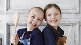 Børn med forklæder og køkkenredskaber