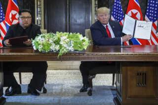 Donald Trump og Kim Jong-un underskrev en erklæring ved dagens møde. USA vil stoppe militærøvelser med Sydkorea, mens Nordkorea vil afvikle atomfremstilling.