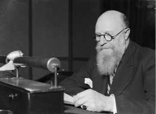 Thorvald Stauning taler i radioen. Foto: DR Arkiv.