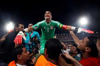 Soccer Football - 2018 World Cup Qualifications - Africa - Egypt vs Congo - Borg El Arab Stadium, Alexandria, Egypt - October 8, 2017 Egypt's Essam El Hadary and teammates celebrate World Cup qualification after the match REUTERS/Amr Abdallah Dalsh