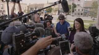 Steven Averys nye advokat svarer på spørgsmål fra pressen.