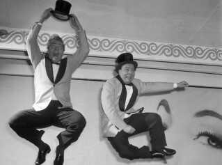 Der var ikke altid ros til Dirch Passers film i pressen, men på scenen var omtalen oftest positivt - for ikke at sige direkte jublende. Særligt hans parløb med Kjeld Petersen og deres fælles crazykomik gik rent ind hos både anmeldere og publikum.