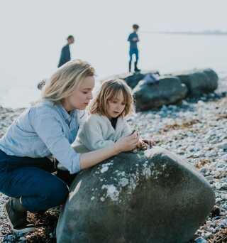Skoledagen hos familien Humaidan begynder altid med en udendørs aktivitet - fx en tur på stranden. Her er det Maj My med datteren Live på 6 (foto: Camilla Jørvad)