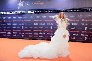 Aftenens mest opsigtsvækkende kjole sad på Frankrigs deltager, Bilal Hassani. Under den seneste uges prøver i Tel Aviv er den 19-årige sanger gået fra at være en dark horse til sejren til nu at være en af bookmakernes favoritter med sin franske vindersang 'Roi'.